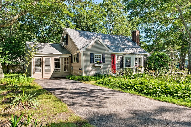 Cape Cod House w/ Grill & Yard - Drive to Beach!, holiday rental in South Yarmouth