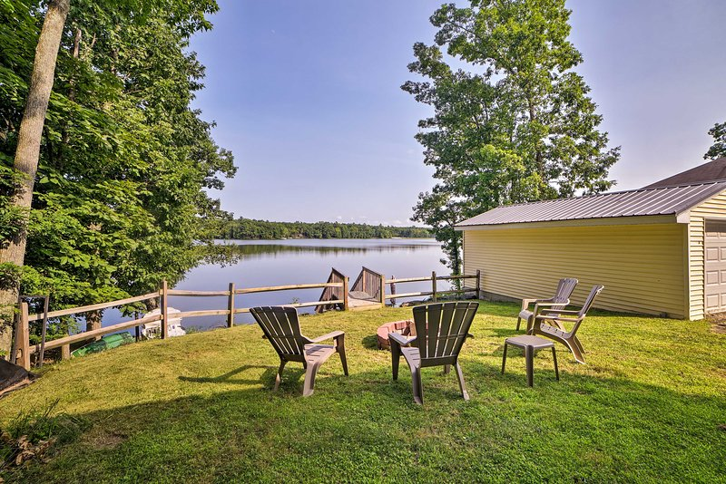 Lakefront Home w/ Fire Pit < 10 Mi to Shawnee Mtn!, holiday rental in Henryville