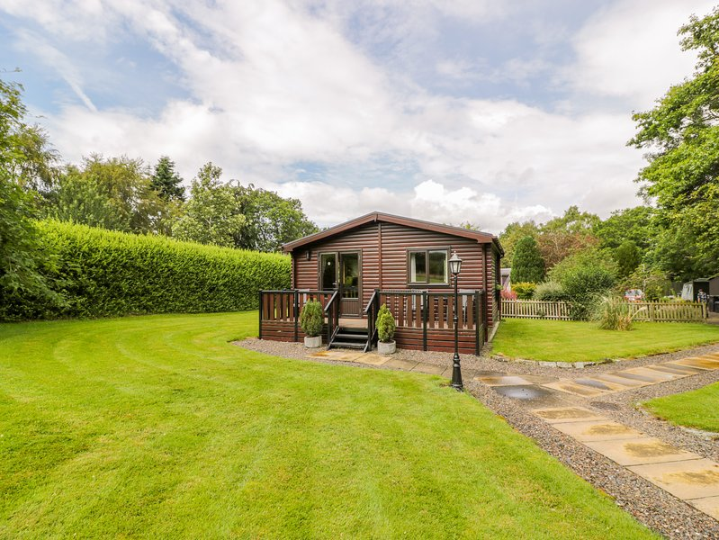 THE SPINNEY LODGE, pets welcome, romantic cottage, WiFi, large grounds, near, vacation rental in Jedburgh
