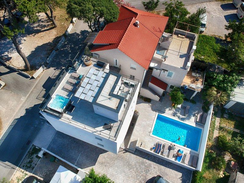 Apartamento familiar con piscina, gimnasio; ubicación superior en Vodice