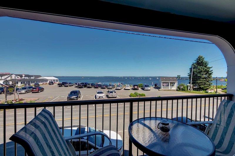 Lincolnville Studio w/ Ocean-view Balcony!, alquiler de vacaciones en Islesboro