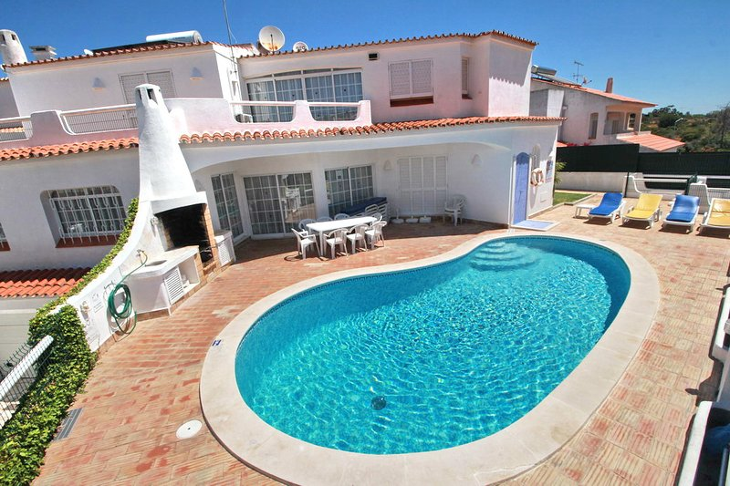 Charming Villa Free Wi-Fi & Air Con walking distance to the STRIP Heatable Pool, vacation rental in Albufeira