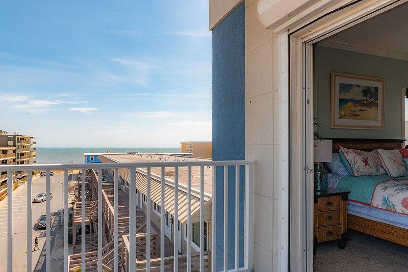 Vista desde el balcón mirando hacia el océano y la playa