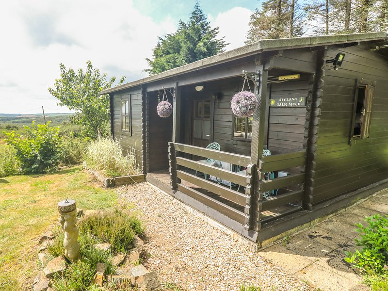 TREVENNA CABIN, cabin in woodland setting, lovely grounds, firepit, close, holiday rental in Grampound
