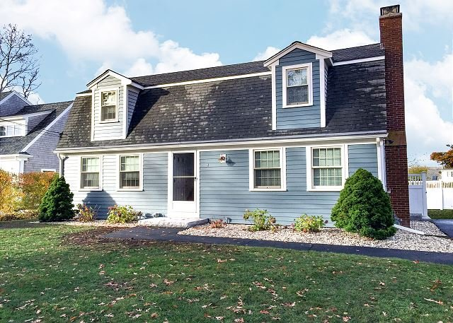 Falmouth Heights Beach Home | Walk to Beach & Martha's Vineyard Ferry, holiday rental in Woods Hole