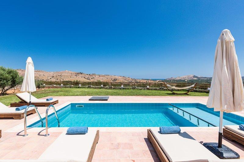 La tranquilidad se desarrolla en el área de la piscina.