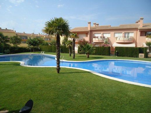 Casa con piscina comunitaria, gran zona ajardinada, cerca de la playa, alquiler de vacaciones en Platja d'Aro