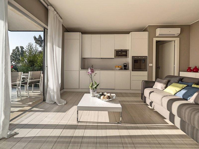 Taormina Apartment Sleeps 4 with Pool Air Con and WiFi - 5807308, alquiler vacacional en Mazzaro