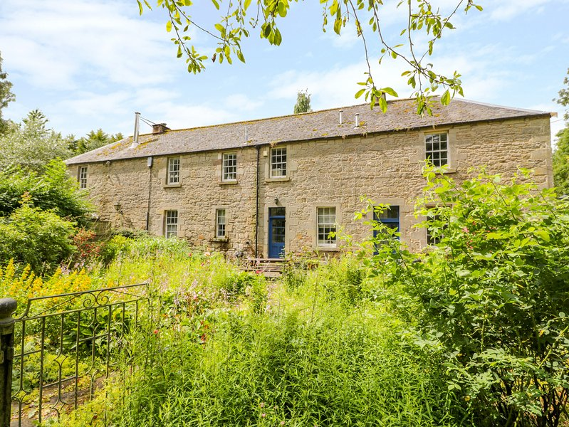 THE COACH HOUSE, romantic, character holiday cottage, with open fire in, holiday rental in Borders