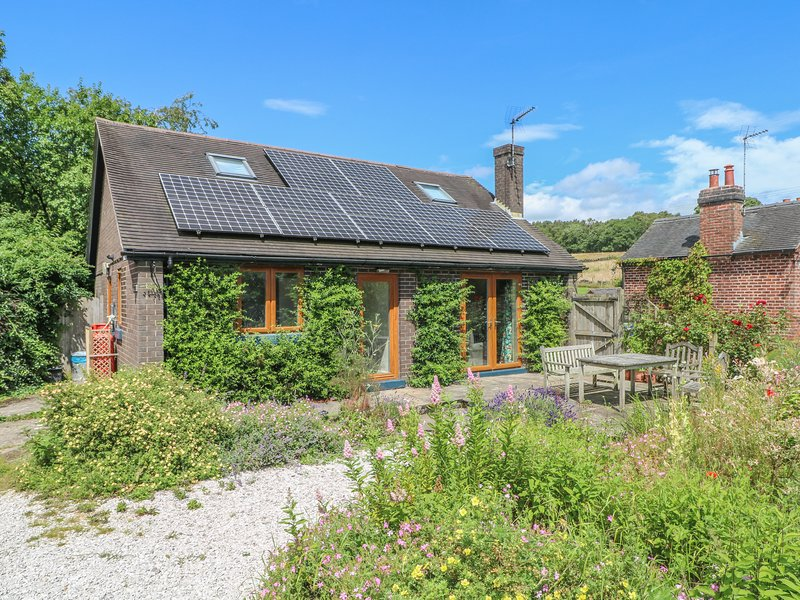 BARKS COTTAGE, pet friendly, country holiday cottage, with a garden in, casa vacanza a Ipstones