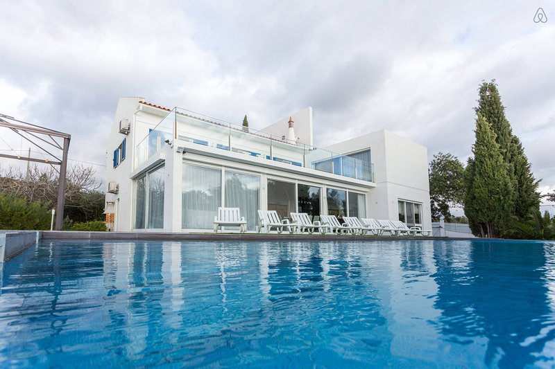 THE LAKE VILLA 'Magnificent mountains and sea view villa', alquiler vacacional en Faro