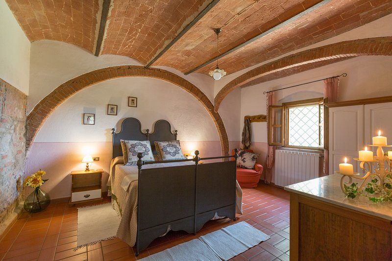 Apartment in Farmhouse (Rosa 4+2) province of Pisa,Volterra area, San Gimignano, holiday rental in Volterra
