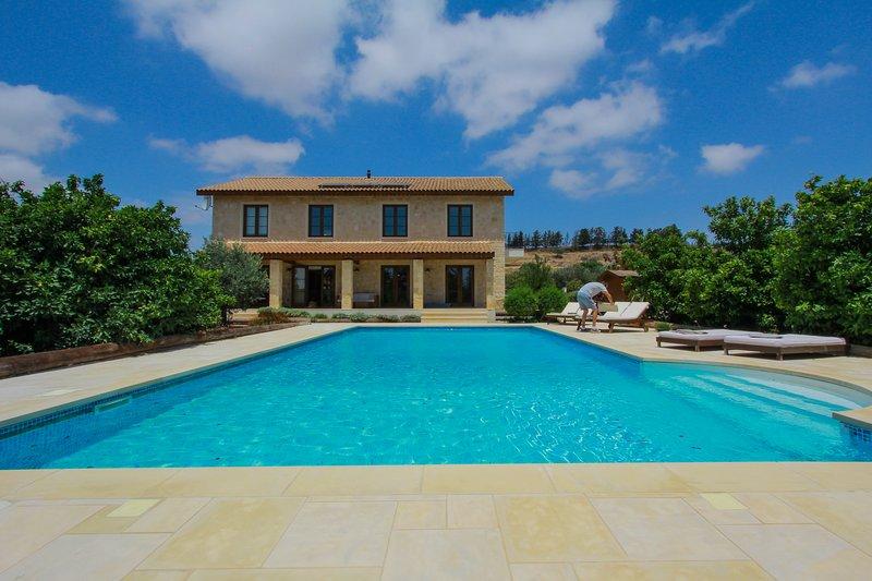 Boutique Stone Villa set in an Orange Grove. Peaceful yet close to everything, aluguéis de temporada em Nata