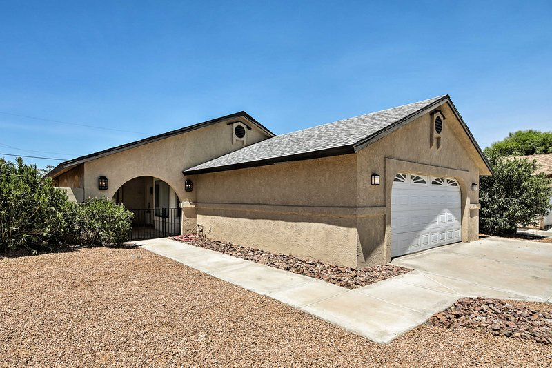 Bullhead City Home w/Patio, 2 Blocks to CO River!, casa vacanza a Needles