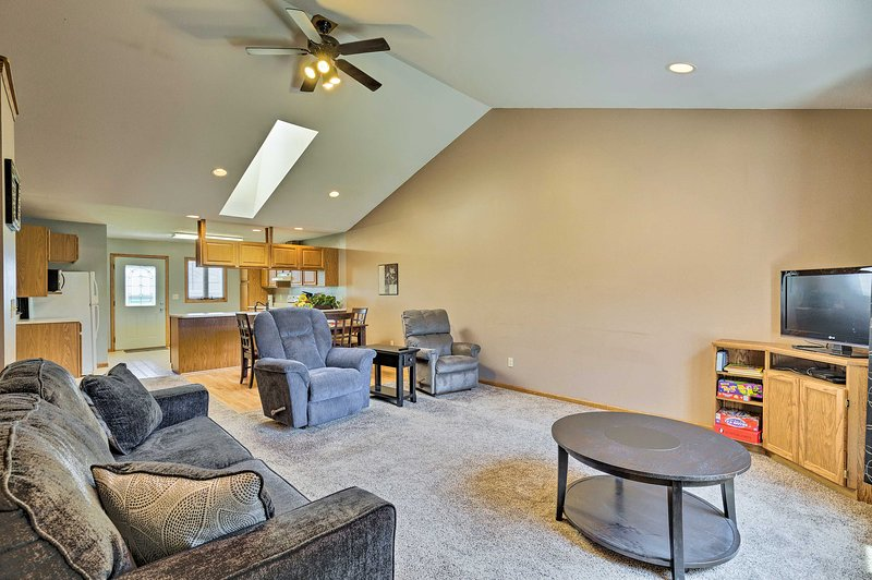 Elwood Townhome w/Patio, 7 Mi to Johnson Lake, holiday rental in Elwood