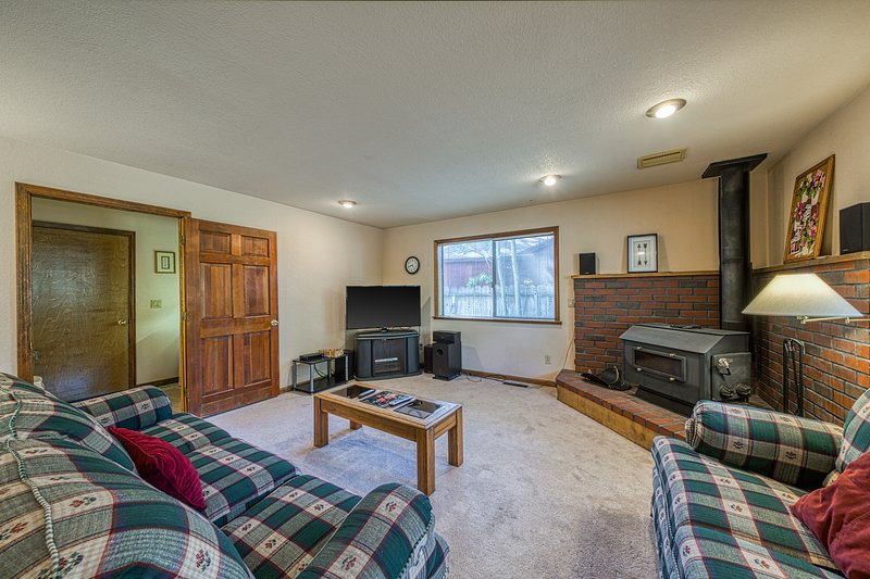 Dog-friendly retreat w/ private hot tub, deck, and large yard - plenty of charm!, vacation rental in South Lake Tahoe