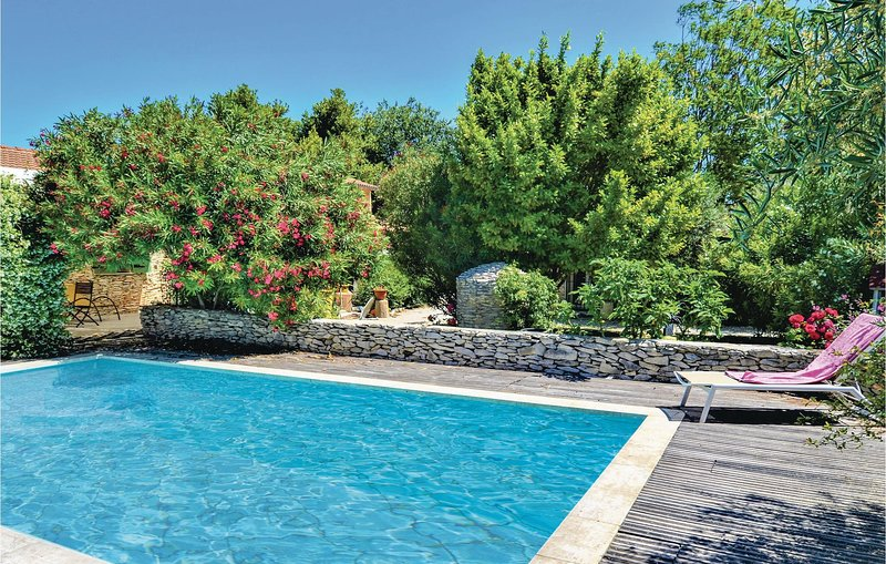 Amazing home in Tavel with WiFi, Outdoor swimming pool and 2 Bedrooms (FLG533), holiday rental in Saint-Laurent-des-Arbre