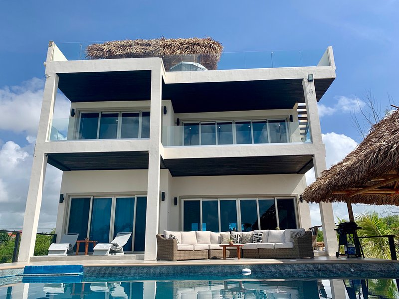 HideAway Villa Maya Beach NEW 1st Class Luxury Beachfront home with Private Pool, aluguéis de temporada em Stann Creek