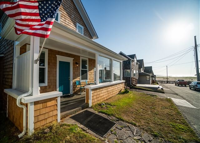 Enjoy the Sand in this Beautifully Remodeled Seaside Home with Ocean Views!, Ferienwohnung in Seaside
