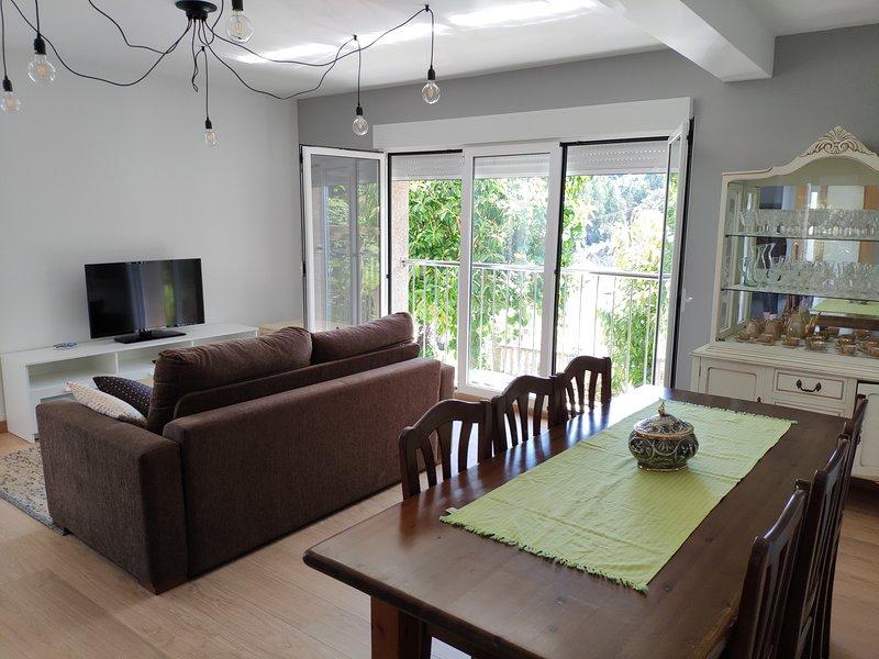 Piso reformado en casa zona tranquila, holiday rental in Adina