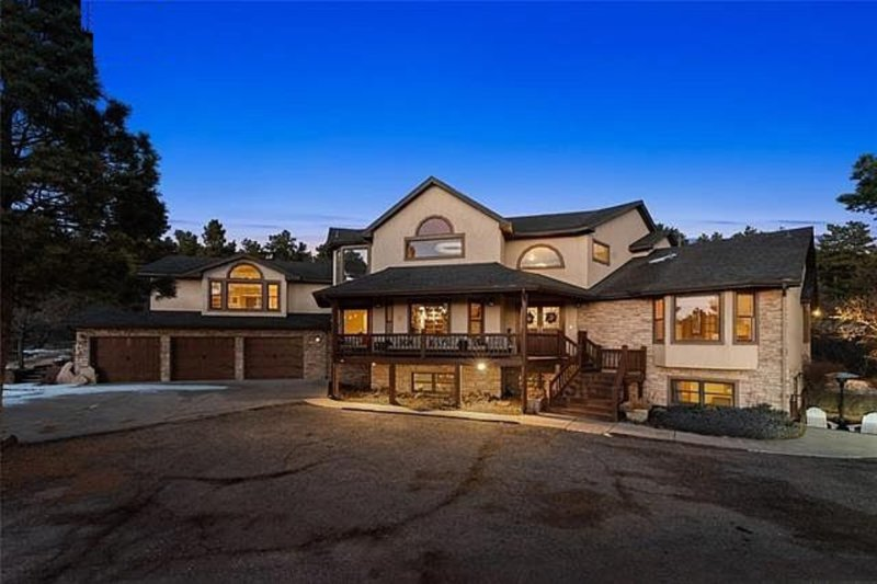 Luxurious and elegant mountain chateau. 3 levels of indulgence. Mountain VIEWS!!