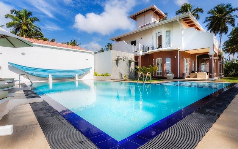 Villa Riina -  Beachfront villa with pool, alquiler vacacional en Akurala