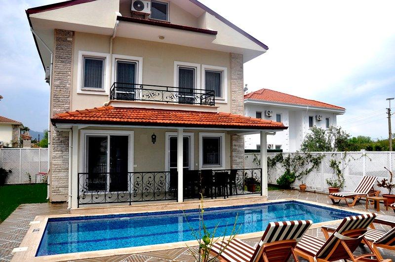 Villa Carin - 4 bedrooms all ensuite private pool and garden, alquiler vacacional en Okcular
