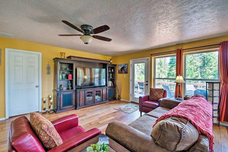 Updated Garden Valley Home w/ Large Deck & Views!, aluguéis de temporada em Crouch