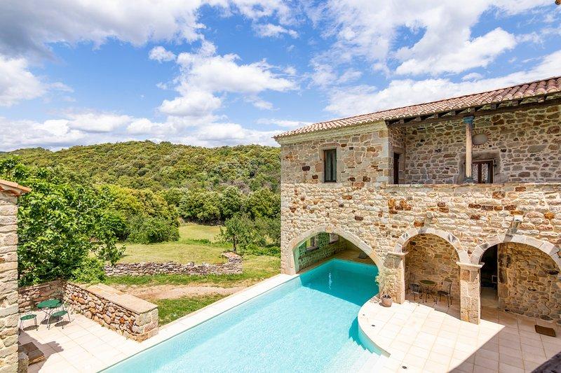 Banne Chateau Sleeps 20 with Pool - 5049488, aluguéis de temporada em Berrias et Castejau