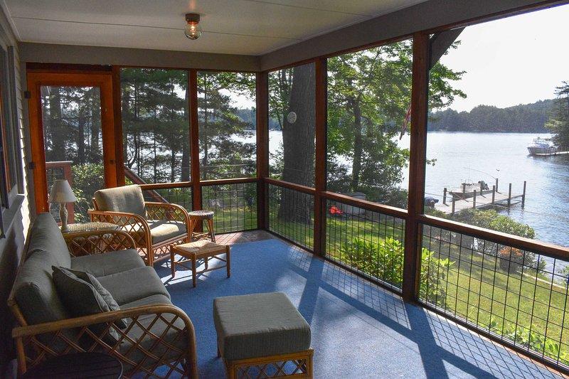 Rilassati sulla veranda protetta e immergiti nella vista sul lago.