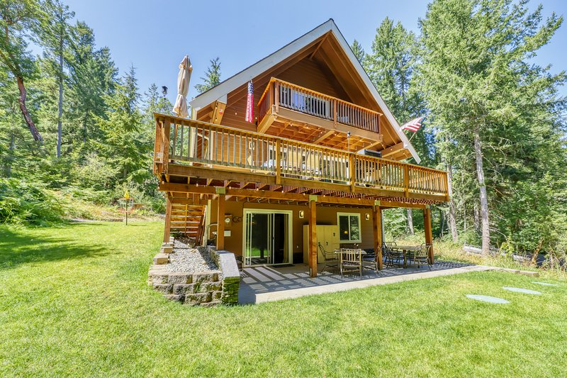Family & dog-friendly home w/ game room, full kitchen, gas grill & wood stove, vacation rental in Yelm