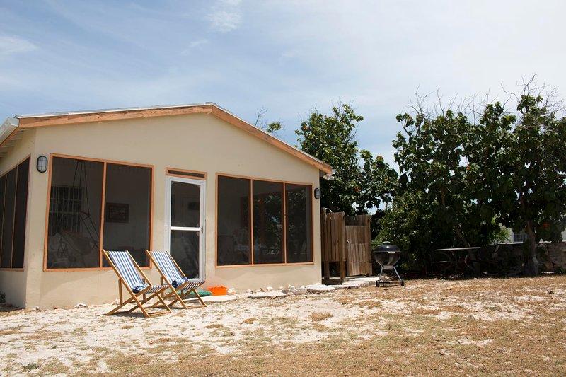 Delightful, Quiet Beachfront Cottage, Ferienwohnung in Grand Turk