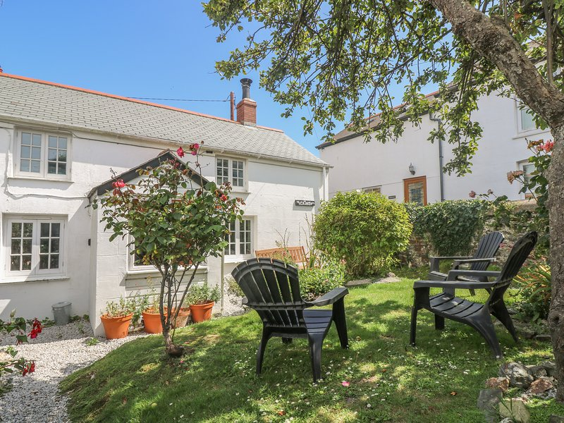ELFIN COTTAGE, enclosed garden, central location in small harbour town, Ref, holiday rental in Sithney