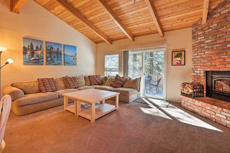 Modern 'Mountain Shadows' Ski Condo, 1Mi to Slopes, vacation rental in New Washoe City