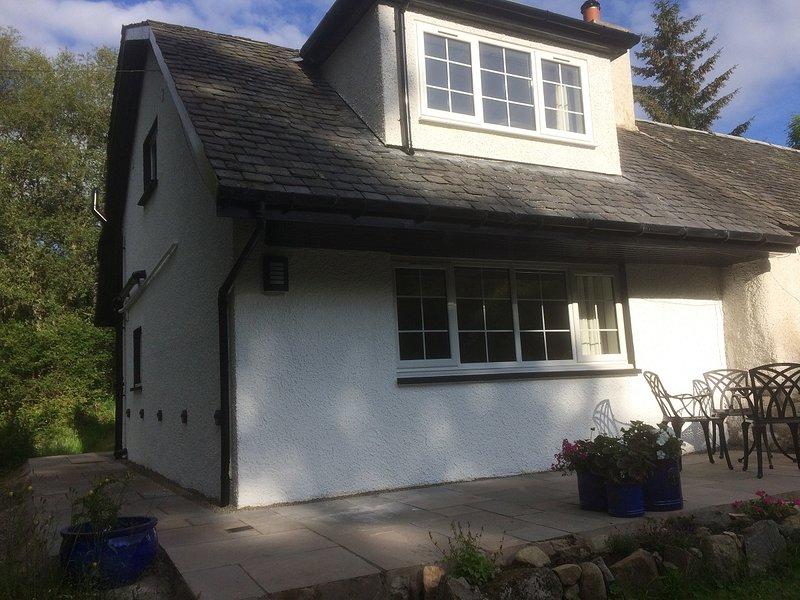 Modern woodland cottage near lochs, hills and cycle routes, aluguéis de temporada em Kinlochard