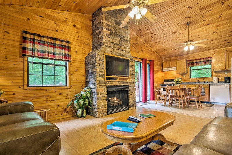 Bryson City Cabin in Smoky Mountains w/ Hot Tub!, holiday rental in Whittier