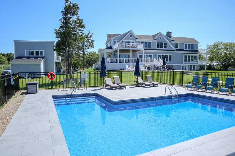 Magnificent Mansion, Privacy, Pool, Water Views in Brewster; 417-B, Ferienwohnung in East Dennis