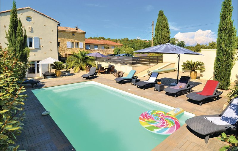 Amazing home in Pont Saint Esprit with Outdoor swimming pool, WiFi and 4 Bedroom, alquiler vacacional en St Just d'Ardeche
