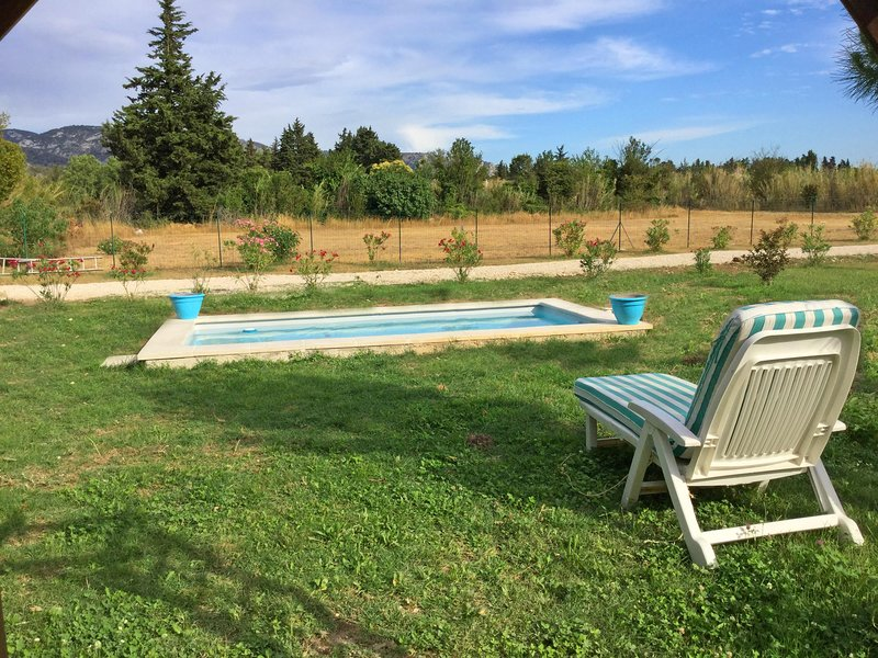 The house has a swimming pool of 5m x 3m with views of the Luberon
