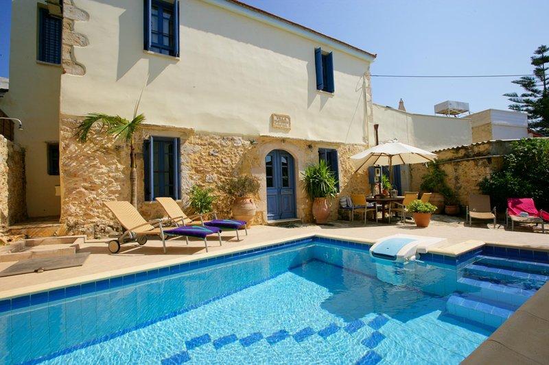 Plaka Villa Sleeps 6 with Pool Air Con and WiFi - 5604877, alquiler vacacional en Plaka