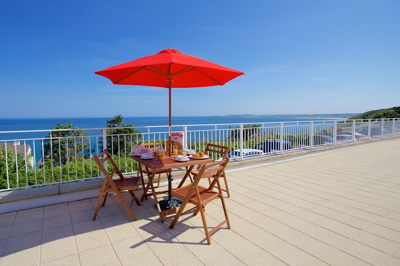 Compass Point seaside apartment in prime location with wonderful sea views, holiday rental in St Ives