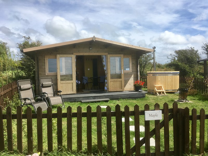 Maple: Luxury En-suite Glamping Hut with private HOT TUB*  & Dog Friendly, holiday rental in Llanerchymedd