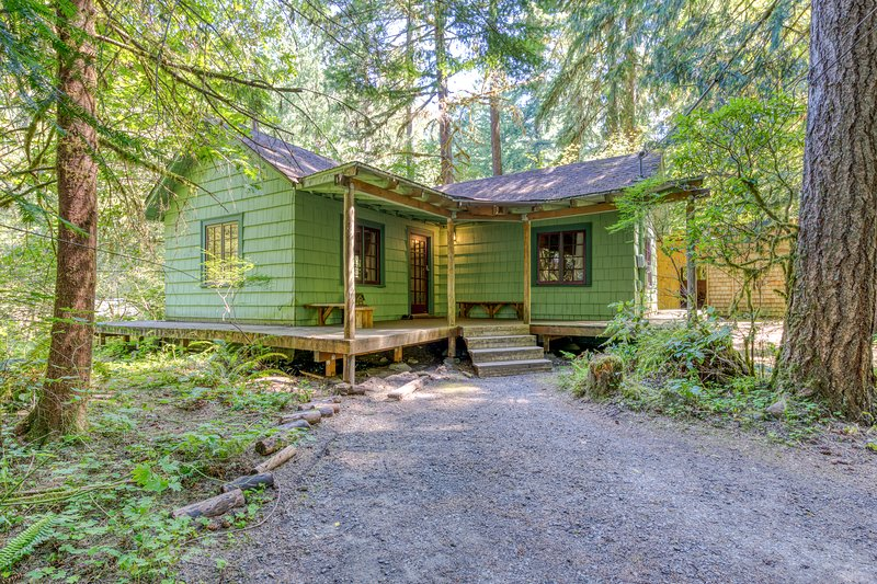 1930s cabin w/ wrap-around deck, private hot tub & wood stove, holiday rental in Zigzag