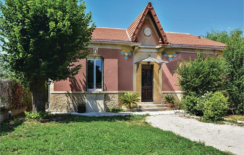 Beautiful home in Le Thor with WiFi and 2 Bedrooms (FPV658), holiday rental in Le Thor