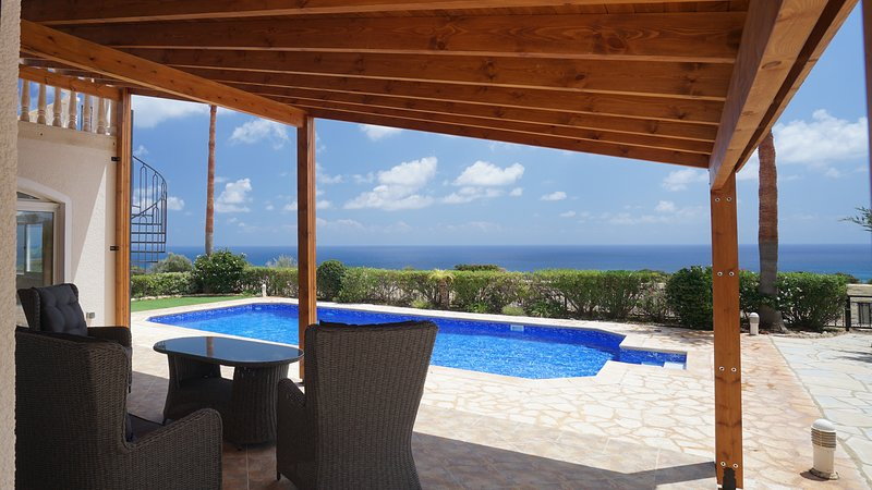 Relax in luxury family friendly seaview villa with a huge private pool., holiday rental in Avdimou