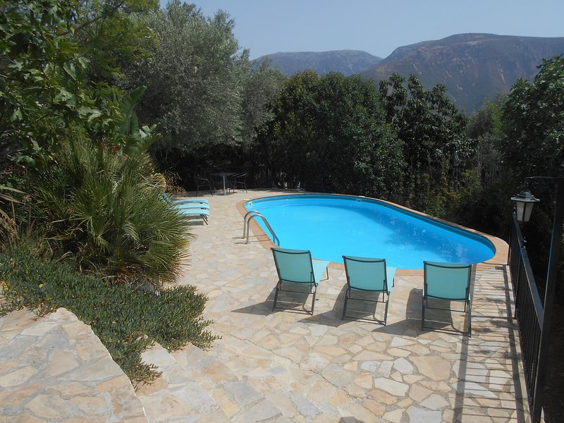 Cortijo Caliz, beautiful country house, large pool and gardens, 5 mins to town, holiday rental in Velez de Benaudalla