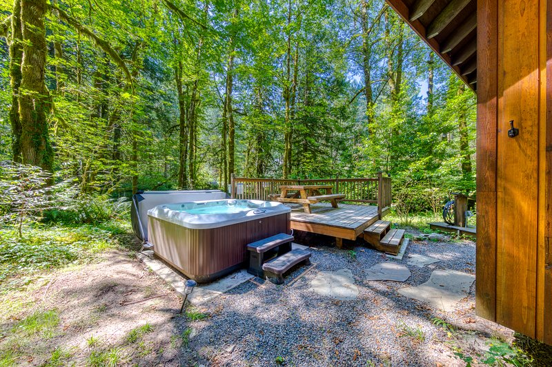 Two classic cabins w/ private hot tubs, decks & gorgeous woodland views!, holiday rental in Zigzag