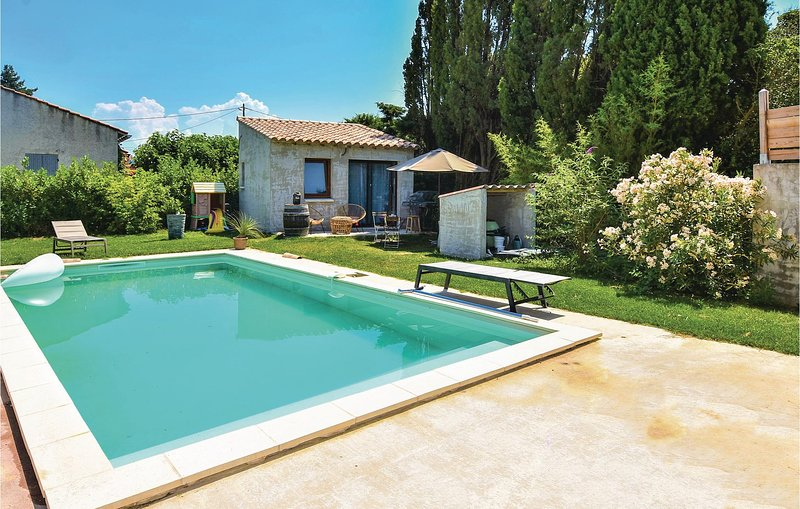 Nice home in Ste Cecile les Vignes with Outdoor swimming pool, WiFi and Outdoor, casa vacanza a Sainte-Cecile-les-Vignes