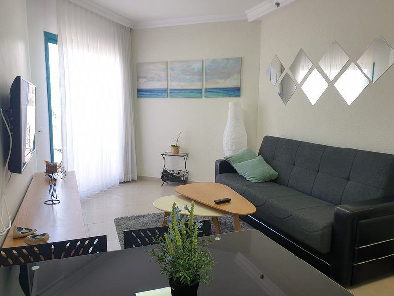 2 rooms, very near to sea of Galilee beach, city center and Promenade. balcony., aluguéis de temporada em Menahemya