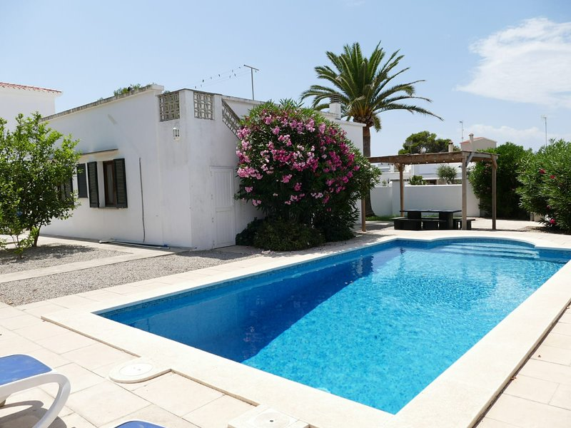 Villa Cala Blanca (Less than 1min walk from beach!) Aircon & Wifi, Ferienwohnung in Cala Blanca